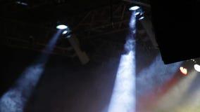 Fase do concerto de rocha com projetores e fumo coloridos video estoque