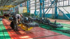 Fase do conjunto do transporte o corpo do trator no timelapse da fábrica vídeos de arquivo