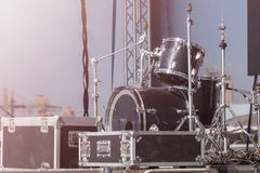 Fase do desempenho com os cilindros antes da mostra De bastidores antes de um concerto Fotografia de Stock
