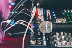 Fase do microfone e do concerto da área do misturador sadio em público imagens de stock