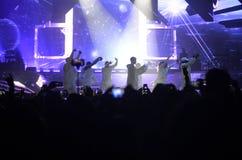 Fase dos projetores do concerto da música, fãs da multidão, dançarinos - Justin Bieber Imagens de Stock Royalty Free