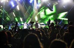 Fase dos projetores do concerto da música, multidão entusiástica, fãs - Justin Bieber Foto de Stock