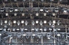 Fase illuminata di concerto dell'aria aperta Immagine Stock