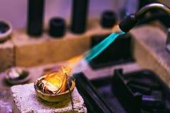 Fase inicial de derreter metais preciosos em uma oficina da joia imagem de stock