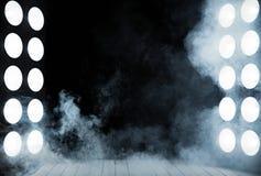 Fase interior, de madeira escura entre duas colunas claras poderosas Fotografia de Stock