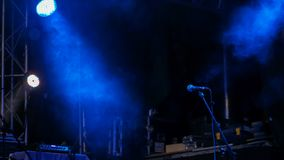 Fase livre com luzes azuis antes do concerto foto de stock