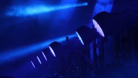 Fase livre com luzes, dispositivos de iluminação A fase ilumina o azul imagens de stock