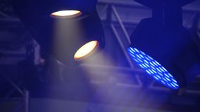 Fase livre com luzes, dispositivos de iluminação A fase ilumina o azul foto de stock