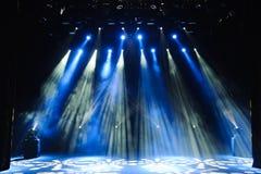 Fase livre com luzes, dispositivos de iluminação Mostra da noite imagens de stock royalty free
