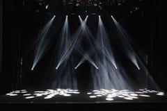 Fase livre com luzes, dispositivos de iluminação Mostra da noite imagem de stock