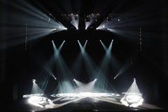Fase livre com luzes, dispositivos de iluminação Mostra da noite fotografia de stock