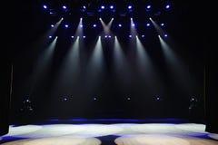 Fase livre com luzes, dispositivos de iluminação Mostra da noite imagem de stock royalty free