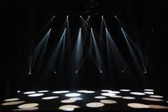Fase livre com luzes, dispositivos de iluminação Mostra da noite foto de stock