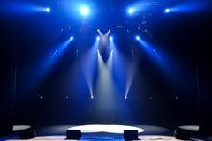 Fase livre com luzes, dispositivos de iluminação Mostra da noite fotografia de stock royalty free