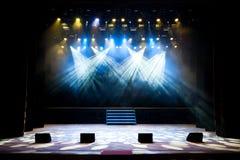 Fase livre com luzes, dispositivos de iluminação Mostra da noite foto de stock royalty free