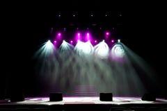Fase livre com luzes, dispositivos de iluminação Mostra da noite fotos de stock royalty free