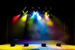 Fase livre com luzes, dispositivos de iluminação, projetores coloridos fotos de stock royalty free