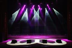 Fase livre com luzes, dispositivos de iluminação, projetores coloridos fotografia de stock