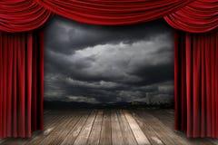 Fase luminosa con le tende rosse del teatro del velluto Immagini Stock Libere da Diritti