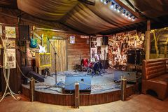 Fase per i musicisti in un pub della birra fotografie stock libere da diritti