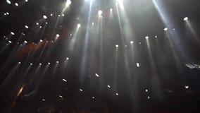 Fase vazia com projetores, luzes brancas filme