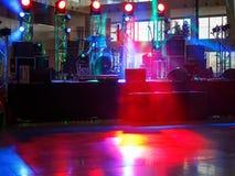 Fase vazia na sala com luzes vermelhas, fumo e equipamento da música Foto de Stock