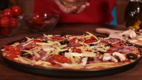 Fases de fazer uma pizza - toques finais filme