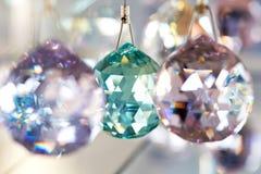 Fasetterade kristallkulagarneringar arkivfoto