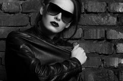 Fashion beauty girl in black leather jacket and sunglasses Royalty Free Stock Photos