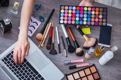 The fashion blogger with make-up accessories Royalty Free Stock Photography