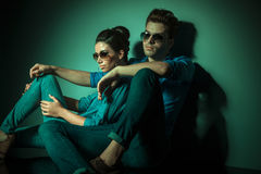 Fashion couple leaning on a wall Royalty Free Stock Photography