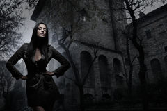 Fashion foren av en ung brunett i mörk kläder Royaltyfri Bild