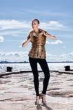 Fashion foren av en ung kvinna i ett vinteromslag Fotografering för Bildbyråer