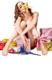 Fashion kvinnamodellen med guldbowen Royaltyfria Foton
