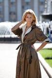Fashion kvinnan i höstlag nära springbrunnen Royaltyfri Fotografi