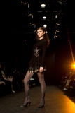 fashion kvinnligmodellshowen Royaltyfria Bilder