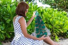 fashion ladyen strandstil Kläder för semestrar Klä med den stilfulla designen, lyxig påse för snakeskinpytonormkoppling Nusa Royaltyfria Bilder