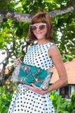 fashion ladyen strandstil Kläder för semestrar Klä med den stilfulla designen, lyxig påse för snakeskinpytonormkoppling Nusa Royaltyfri Foto