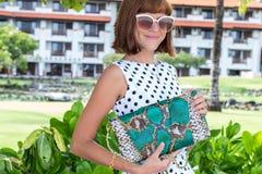 fashion ladyen strandstil Kläder för semestrar Klä med den stilfulla designen, lyxig påse för snakeskinpytonormkoppling Nusa Royaltyfria Foton