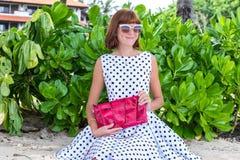 fashion ladyen strandstil Kläder för semestrar Klä med den stilfulla designen, lyxig påse för snakeskinpytonormkoppling Nusa Arkivfoto