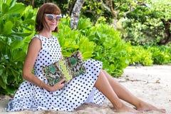 fashion ladyen strandstil Kläder för semestrar Klä med den stilfulla designen, lyxig påse för snakeskinpytonormkoppling Nusa Fotografering för Bildbyråer