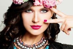 fashion looken Ung brunettkvinna med modemakeup arkivbild