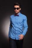 Fashion man wearing sunglasses walking forward Royalty Free Stock Photos