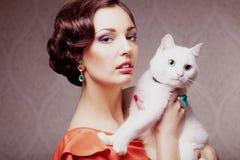 Fashion modellerar med katten Arkivbild