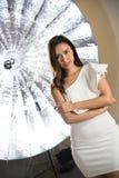 Fashion modellerar vitklänningen arkivfoton