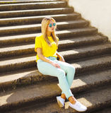 Fashion photo pretty woman in sunglasses posing in the city Royalty Free Stock Photography