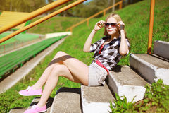 Fashion pretty woman in sunglasses posing in the city Royalty Free Stock Photos