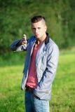 Fashion ståenden av den stiliga unga mannen Arkivfoton