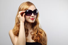 Fashionable lady wearing sunglasses Royalty Free Stock Images