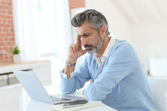 Fashionable mature man working in laptop Royalty Free Stock Photography